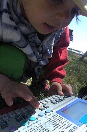 Um sintetizador moderno.  As modernas tecnologias de miniaturização fazer produtos que são de baixo custo, e têm teclas pequenas adequados para uso por crianças.
